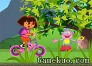 朵拉悠閒騎自行車
